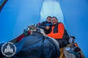 Jak zmieścić 2 osoby, wilczaka, plecaki i cały sprzęt w 2-osobowym namiocie bez przedsionka? Po pierwszej nocy już znaliśmy odpowiedź.