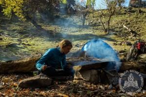 Gaz szybko się kończy. Ognisko i kamienne płyty to nasz codzienny sprzęt kuchenny.